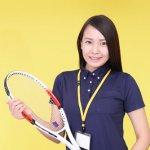 テニスラケットを持った女性